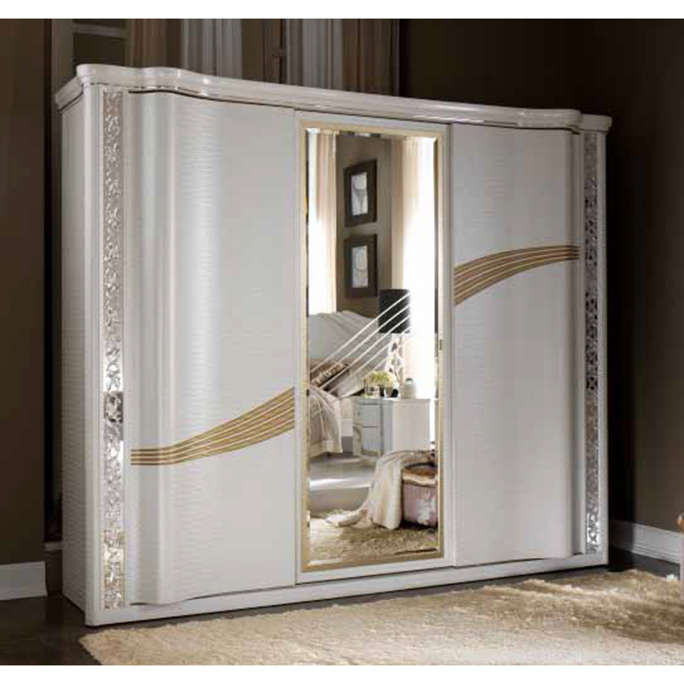 Шкаф-купе в спальню фото зеркальный трёхстворчатый белый.